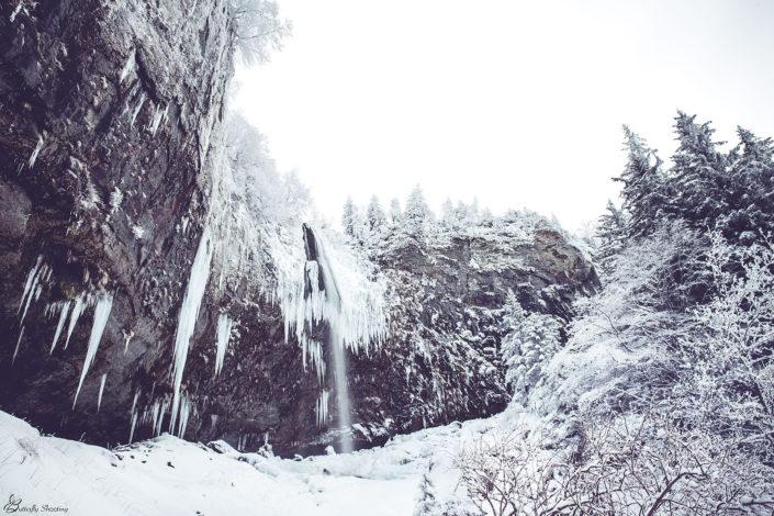 Cascade enneigée